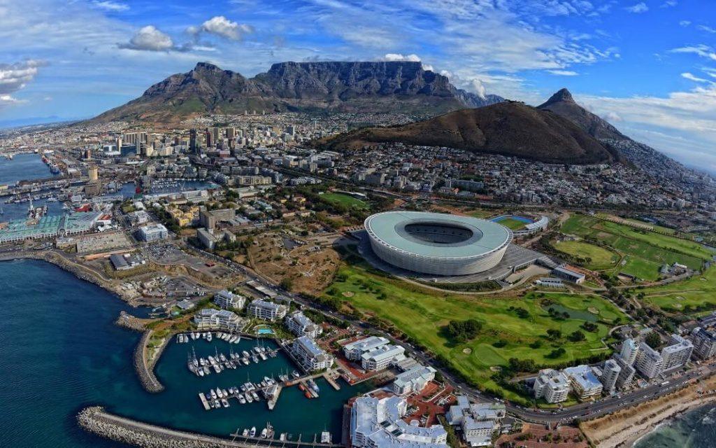 Стадион Кейптауна на фоне Столовой горы, Пика Дьявола и Головы льва, Кейптаун