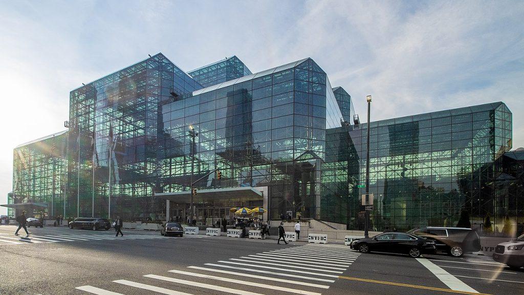 Конференц-центр Якоба Явица, где проходит выставка Нью-Йоркского марафона (TCS New York City Marathon), самая большая беговая выставка в США (Фото By Ajay Suresh from New York, NY, USA - Javits Center - Full Front, CC BY 2.0)